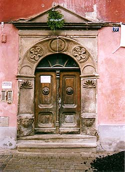 Široká no.  77, entrance portal