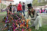 Decoration and erection of the maypole